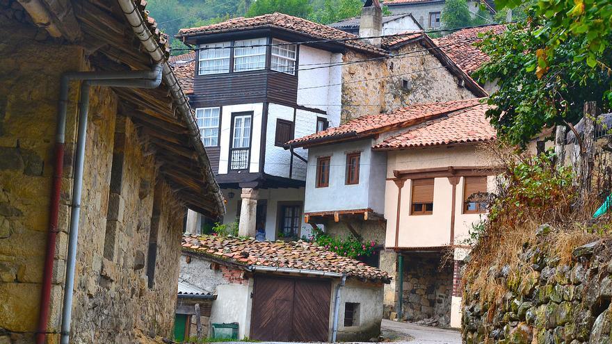 El Ayuntamiento de Caso cede las antiguas escuelas de Orlé a la parroquia rural