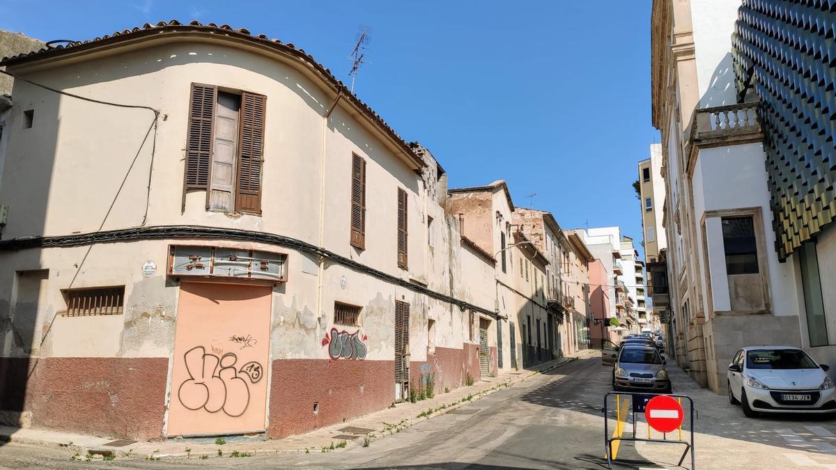 A la izquierda, los edificios que van a derribarse. A la derecha, el Teatre Principal.