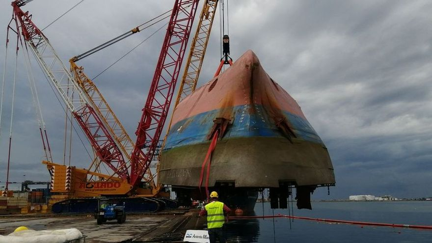 Izan con éxito el buque volcado en Castellón a falta de encontrar al estibador