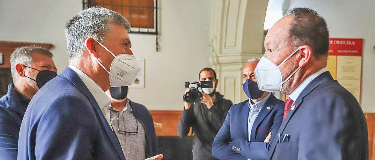 El conseller Rafael Climent dialoga con el alcalde Emilio Bascuñana a su llegada al Consistorio.   TONY SEVILLA