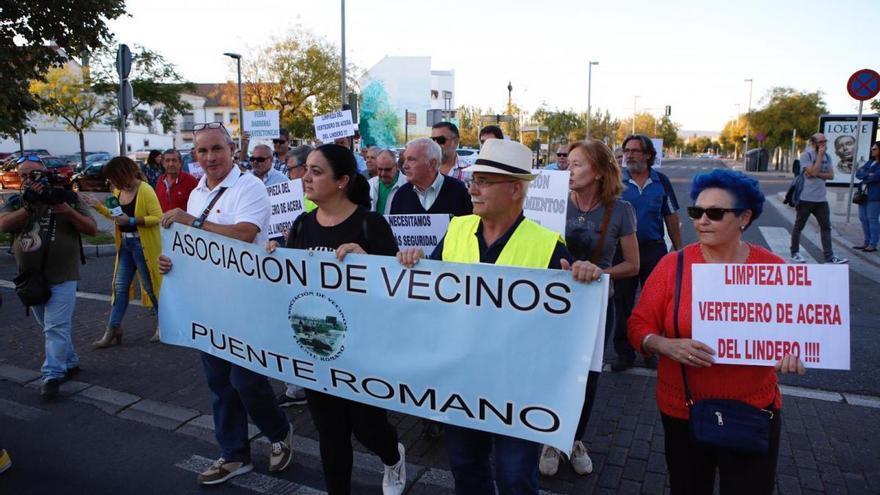 Medio centenar de vecinos del Campo de la Verdad se manifiestan para reivindicar mejoras