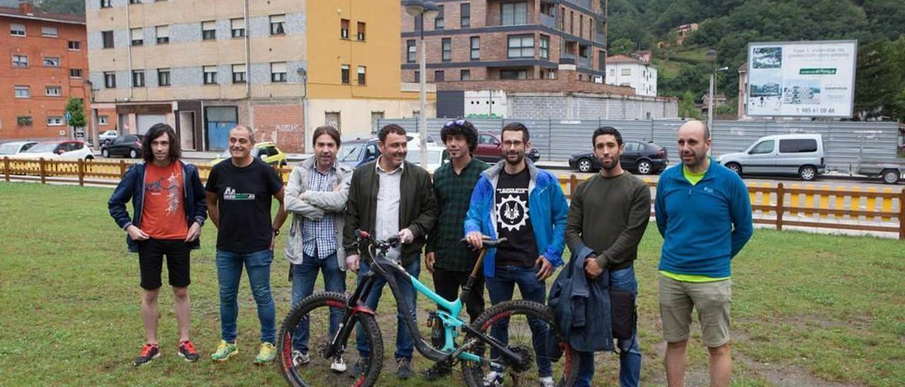 De izquierda a derecha, Pedro García, Tomás Pérez, Manuel Jorge Domínguez, Julio García, Marcos González, Borja Canella, Carlos Iglesias y Roberto Morán, en los terrenos donde se hará el circuito infantil.
