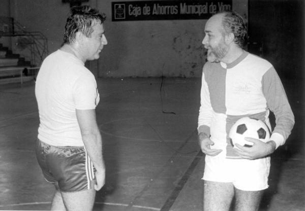 Carlos Mantilla conversa con Manoel Soto durante un partido entre políticos en 1986. // Cameselle