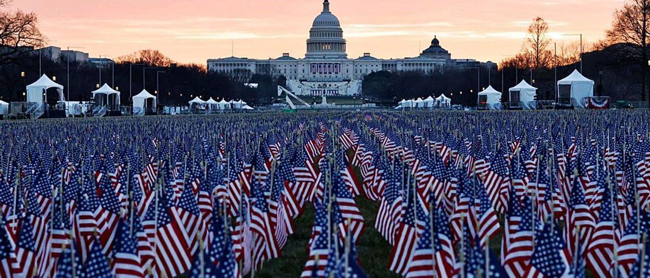 Miles de banderas llenan la explanada del National Mall, frente a Capitol Hill. | LNE