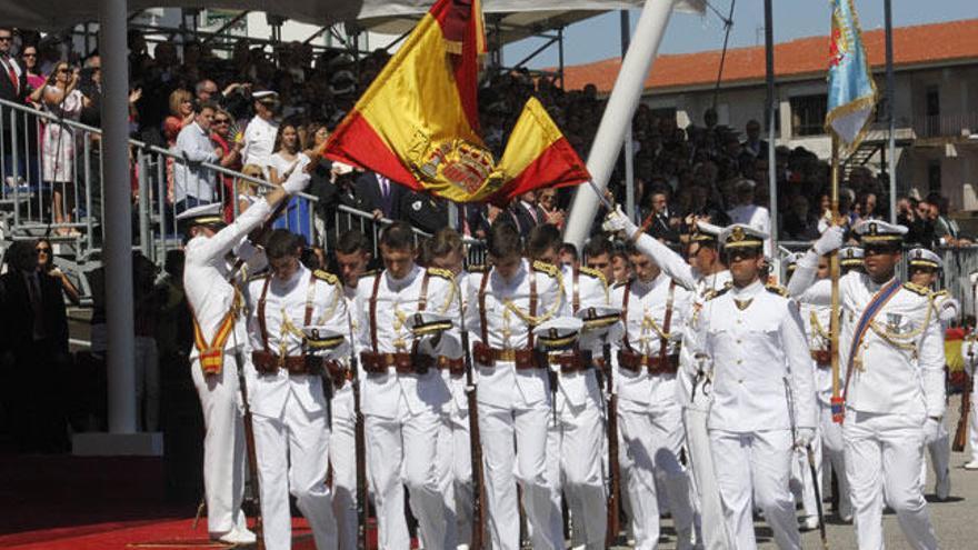 Alumnos de la Escuela Naval Militar de Marín participan en el desfile del 12 de octubre