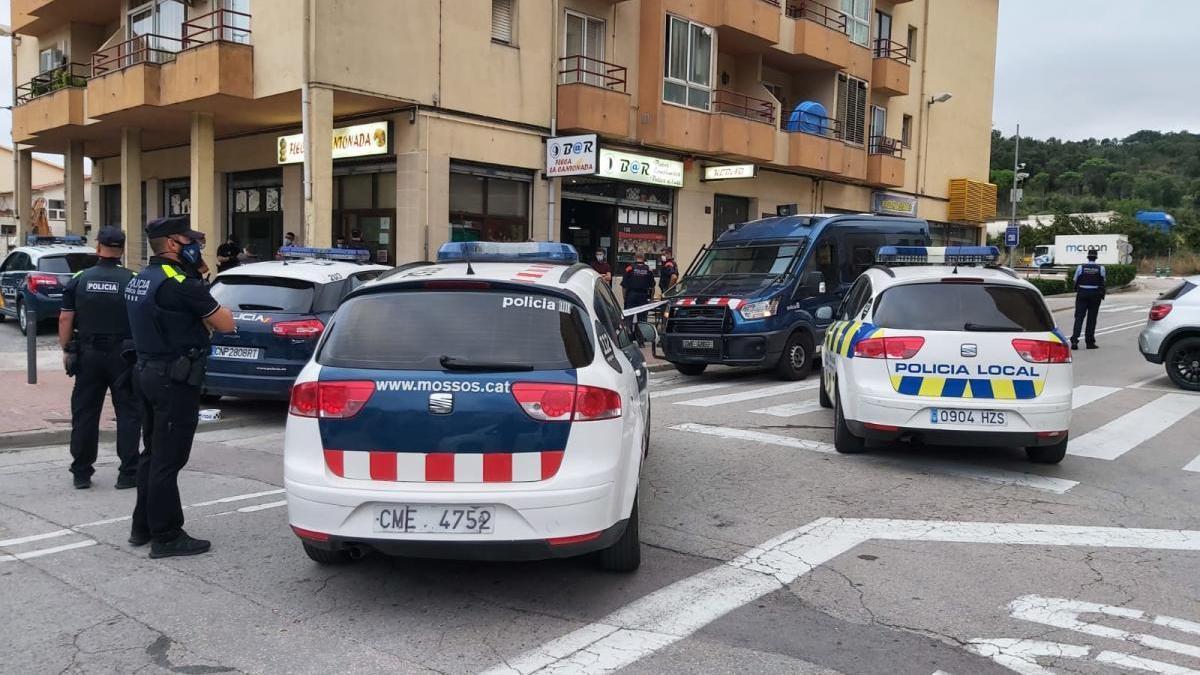 El desplegament policial d'aquest divendres al vespre, al Passeig del Riu.