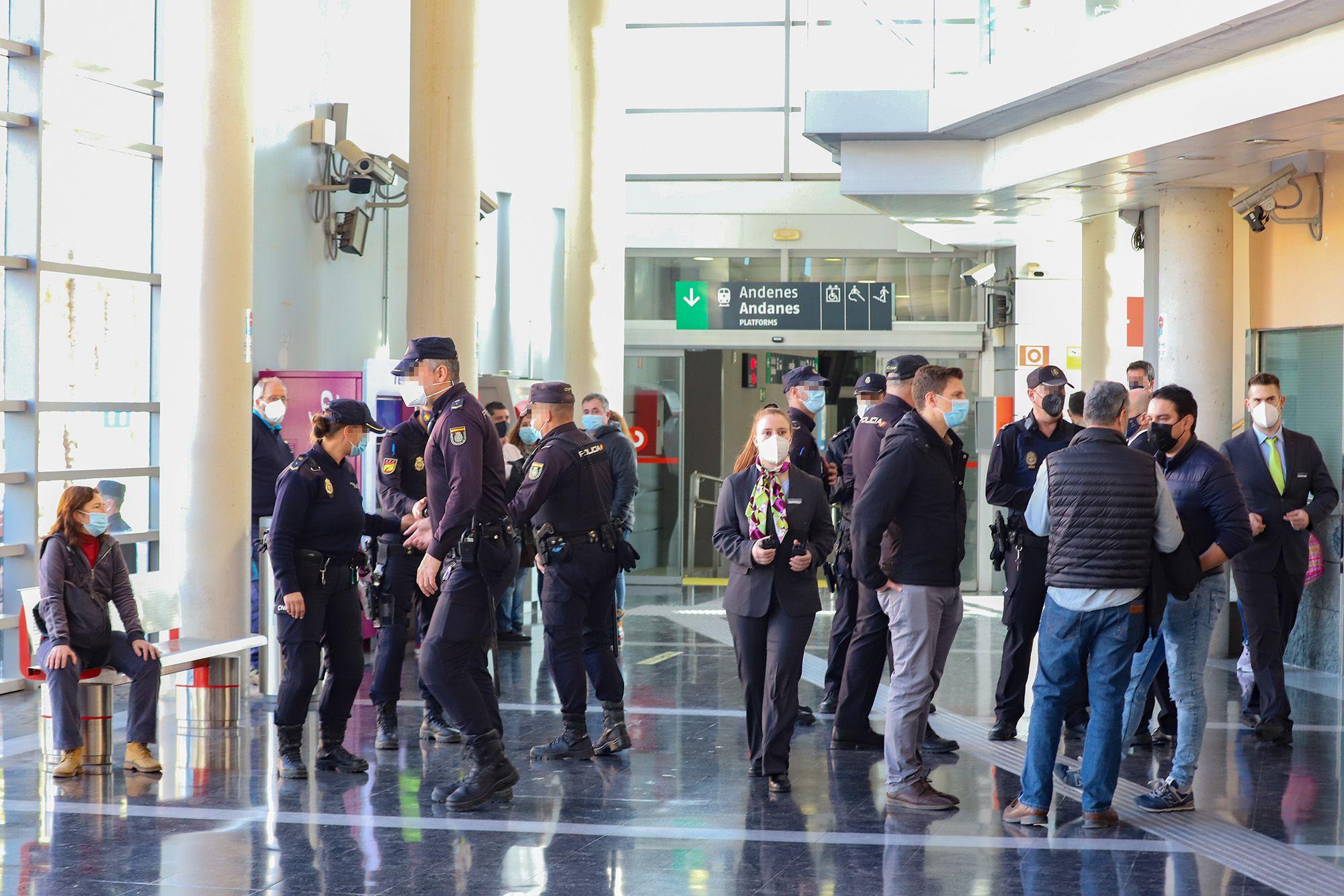 Tensión y mucha policía en Orihuela por la llegada de Pedro Sánchez para inaugurar el AVE