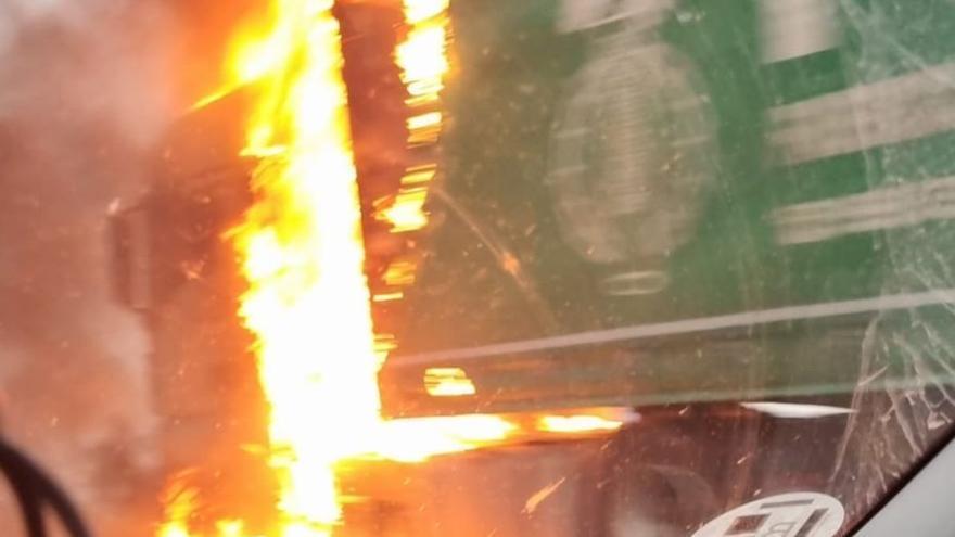Circulación normalizada en la Cuesta del Espino tras las retenciones por el incendio de un camión
