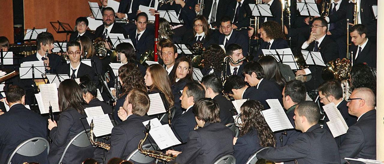La banda sinfónica de la Societat Musical de Alzira en un concierto, en una imagen de archivo. | VICENT M. PASTOR