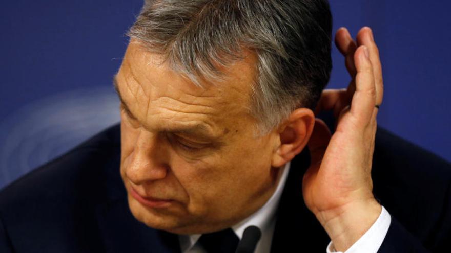 El PPE suspende al partido de Orbán tras sus ataques a Juncker