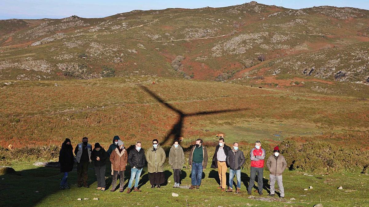 Representantes del BNG ayer en la Serra do Suído, donde se quiere construir un parque eólico. |   // FDV