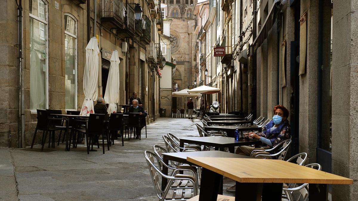 Una mujer, en una terraza en Ourense.