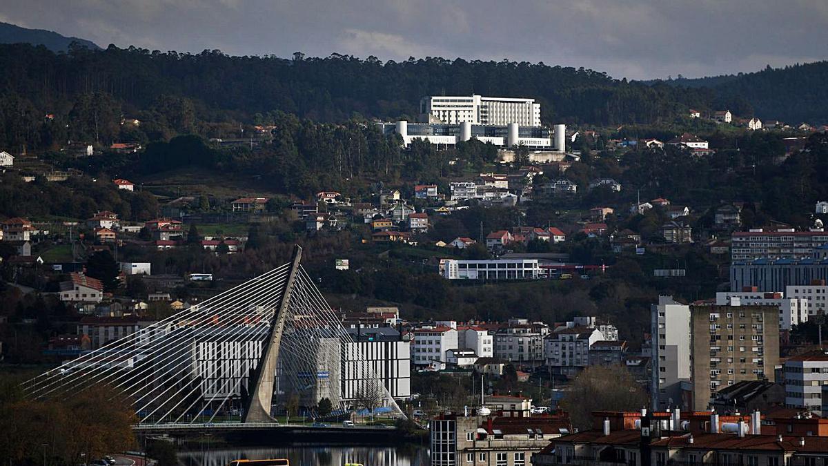 Vista de Pontevedra con el Hospital Montecelo al fondo. |   // GUSTAVO SANTOS