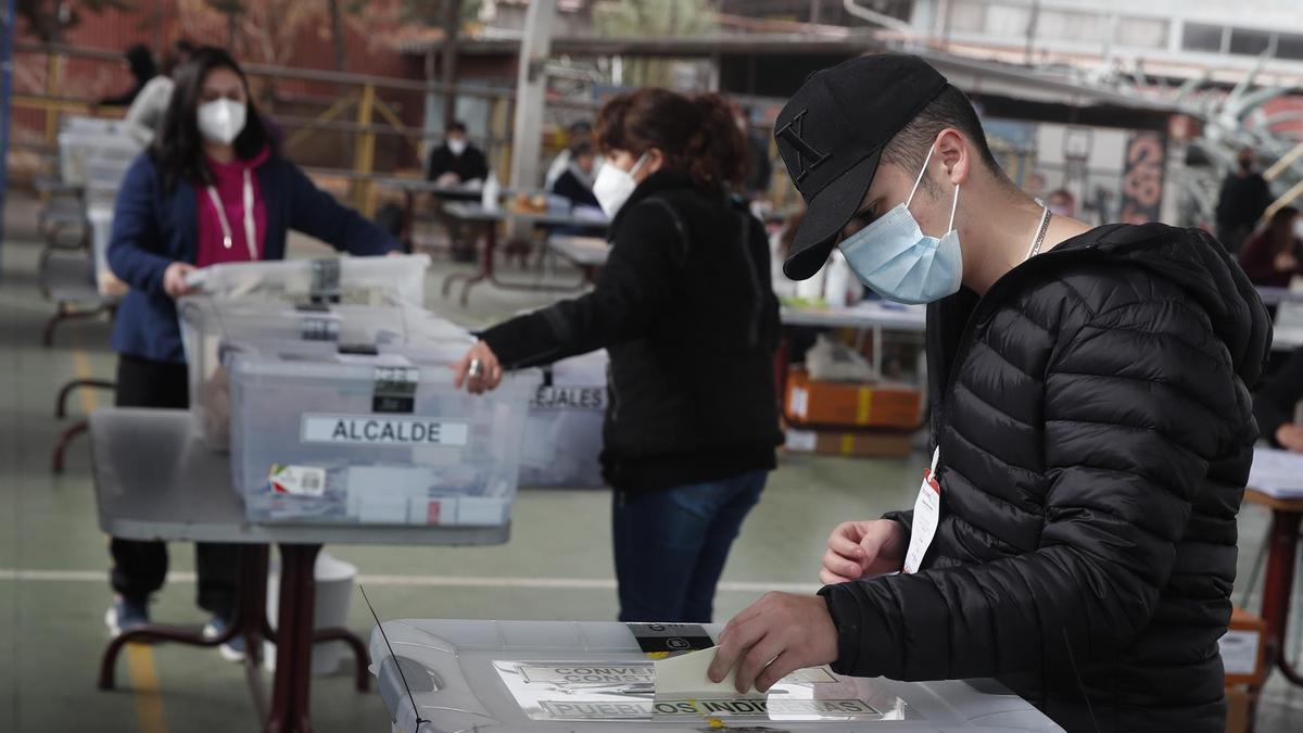 Un hombre deposita su voto este domingo, durante la jornada electoral.