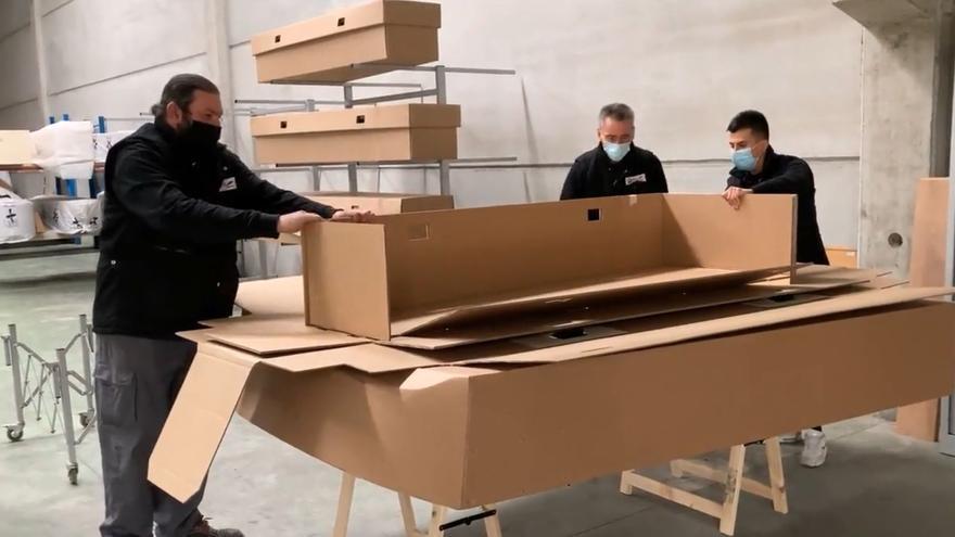 Una funeraria ofrece ataúdes de cartón para abaratar el coste del servicio