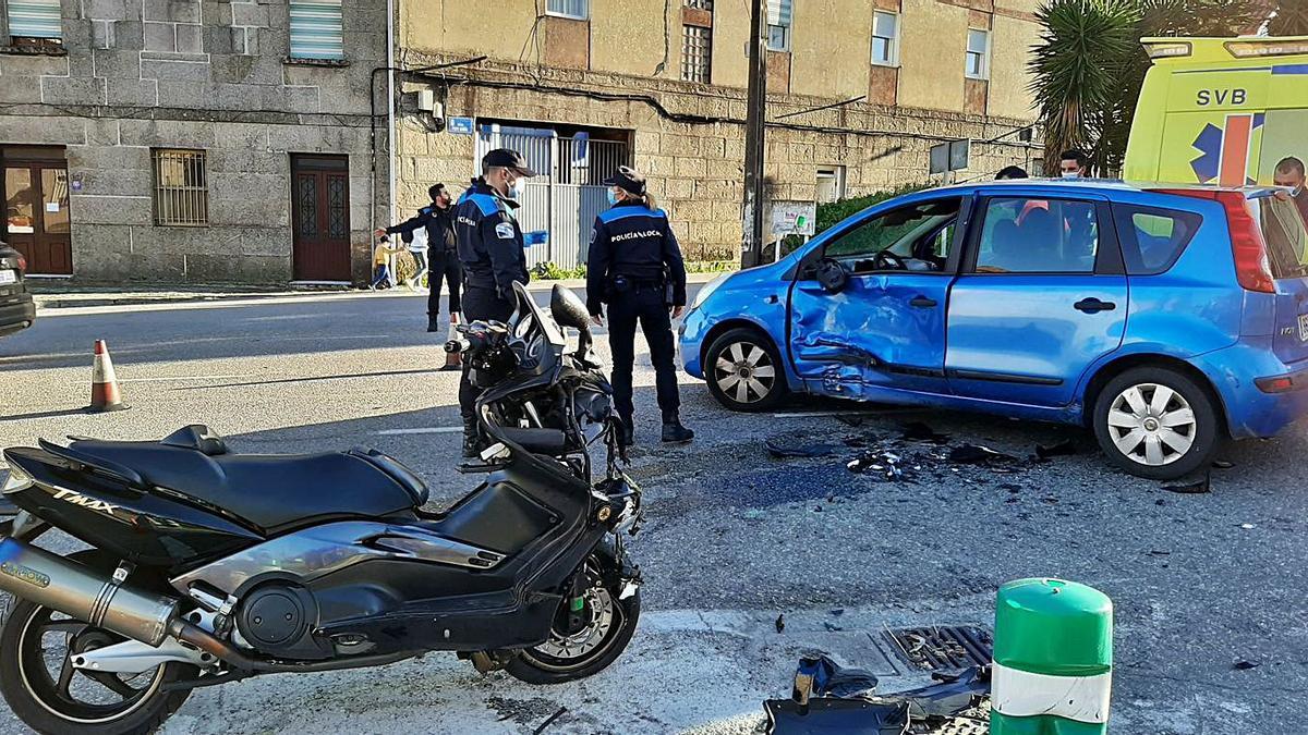El estado en el que quedaron los dos vehículos tras la colisión, ayer, en la PO-315. |   // G.NÚÑEZ