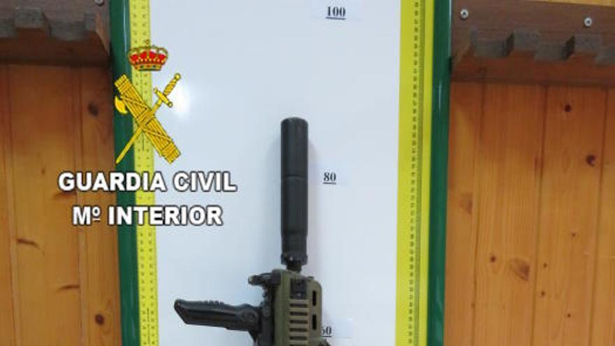 Denunciado por acceder al aeropuerto de Fuerteventura con dos fusiles de aire comprimido