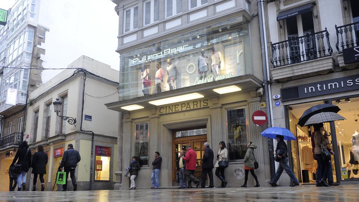 Edificio del cine París, en A Coruña, ahora tienda de Pull&Bear.