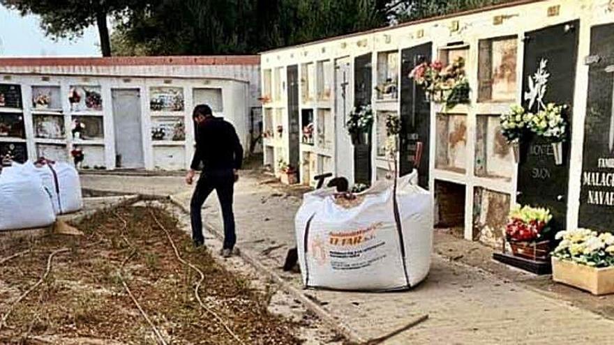 Sant Climent Sescebes fa millores de jardineria al cementiri municipal