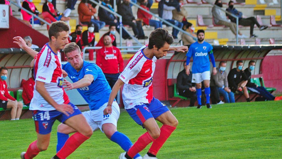 Una jugada del encuentro disputado ayer en el campo de A Lomba entre Arosa y Bergantiños.