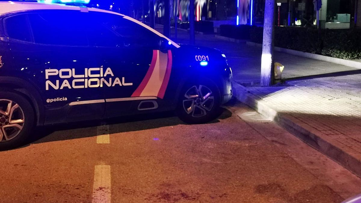 Una patrulla policial en el  lugar de una reyerta del  pasado lunes.  cnp