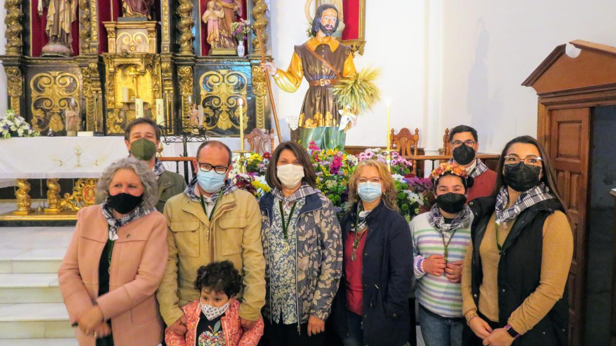 Directiva de la Hermandad junto a la imagen de San Isidro