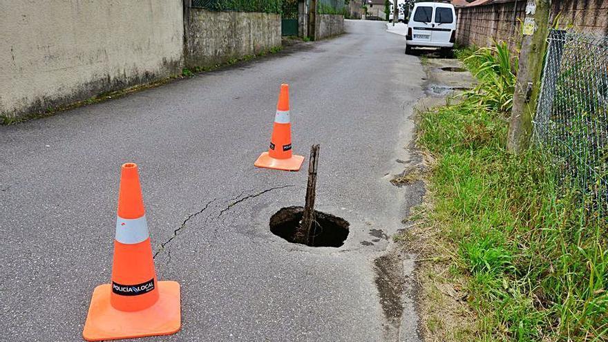 Las lluvias generan un peligroso agujero en una calle del barrio de O Casal