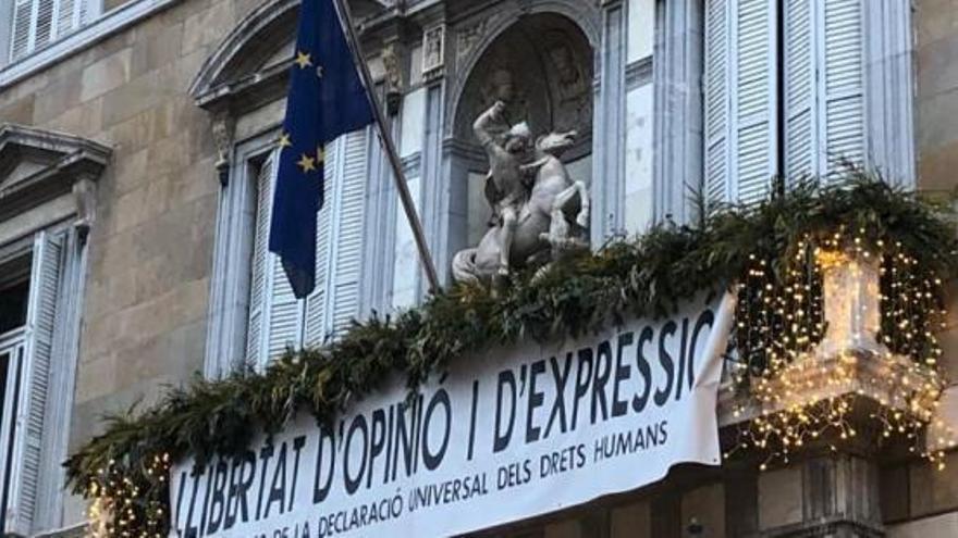 Torra penja la bandera europea al balcó del Palau de la Generalitat