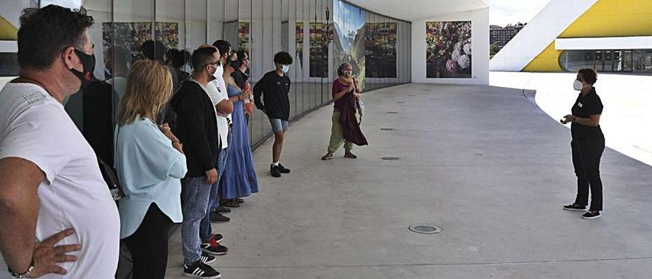 Participantes en una visita guiada al Centro Niemeyer, este pasado septiembre. | Ricardo Solís