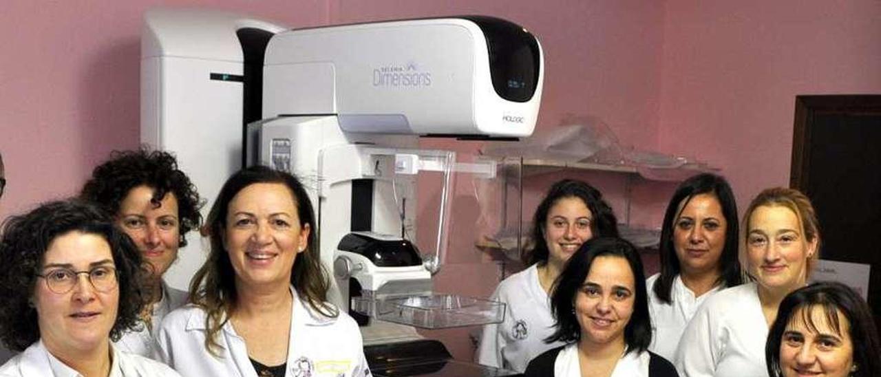 Personal de Jarrio con el nuevo mamógrafo.