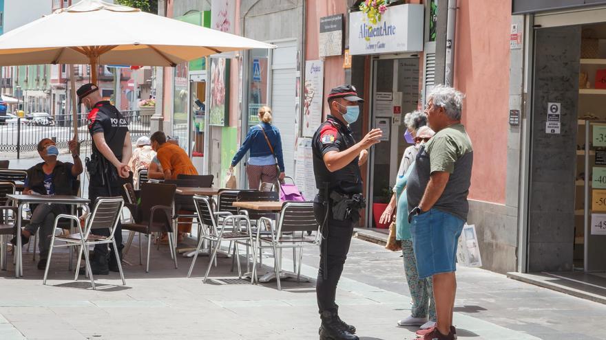 Operativo de control de medidas anti-covid de la Policía Canaria en la calle Triana