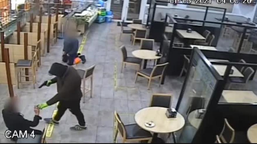 Tres atracadores desvalijan un área de servicio en tan solo tres minutos