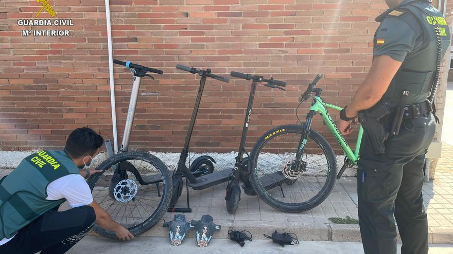 Una pareja escala a segundas residencias de Benicàssim para robar patinetes eléctricos y bicis