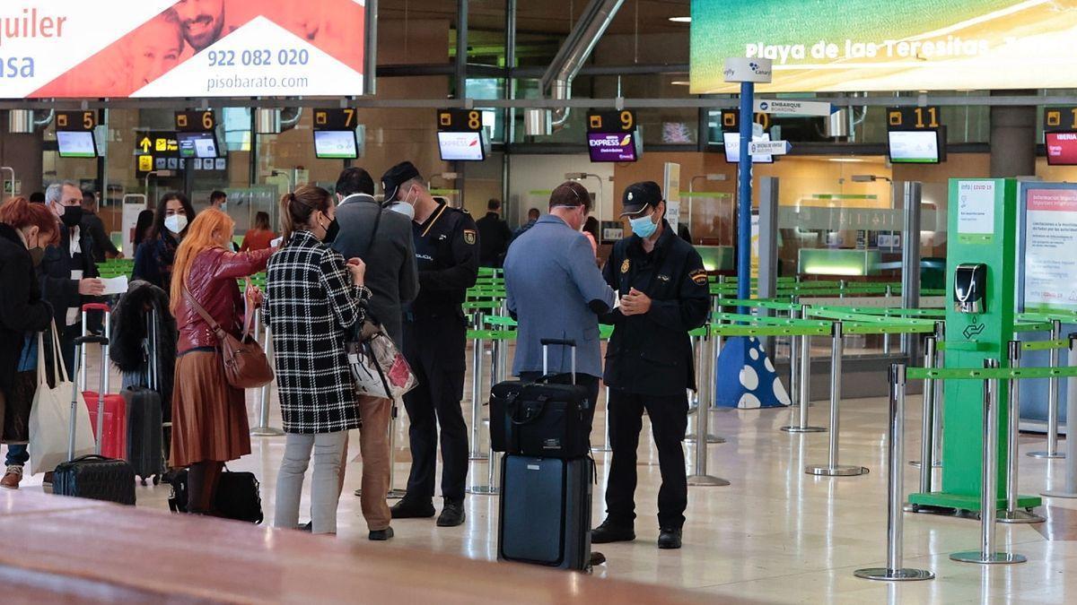 Control de pasajeros en el aeropuerto de Los Rodeos