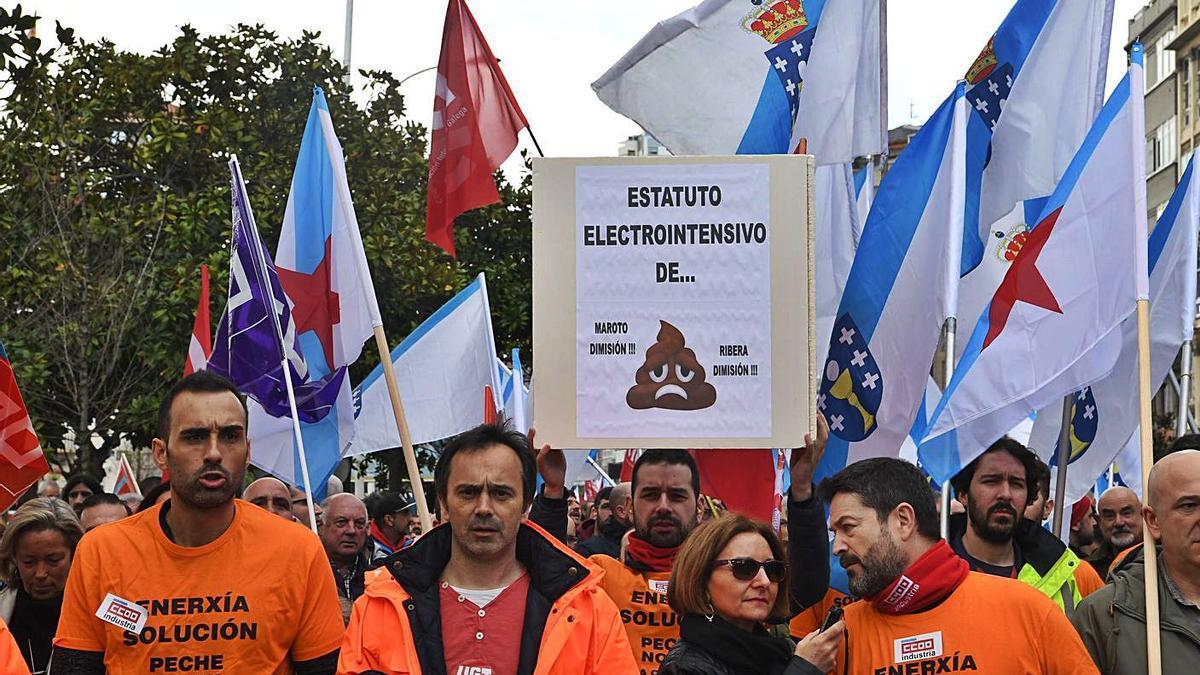 Trabajadores de Alu Ibérica, en una protesta de la industria electrointensiva en A Coruña. |   // VÍCTOR ECHAVE