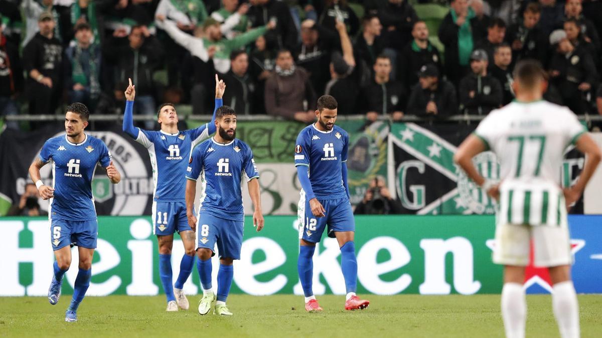 Los jugadores del Betis celebran un gol al Ferencvaros.