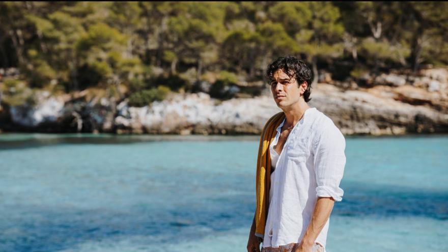 Mario Casas protagonitza l'anunci més sostenible d'Estrella Damm
