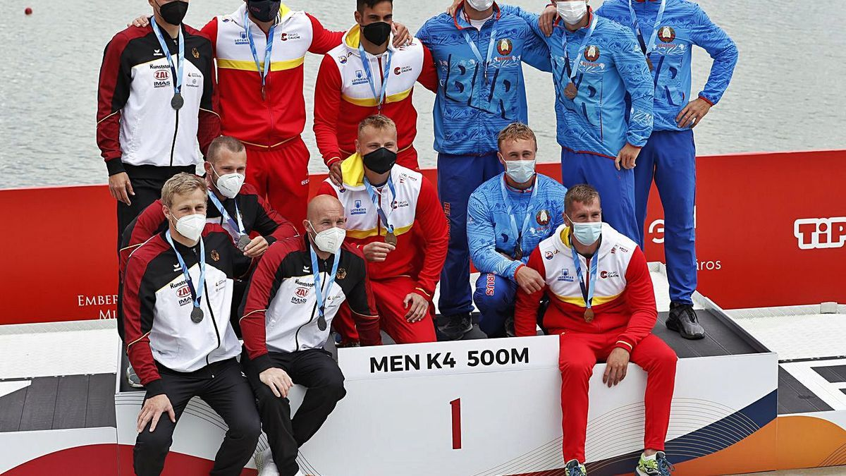 Podio del K4 500 metros, con el coruñés Carlos Arévalo, sentado a la derecha.    // EUROPA PRESS