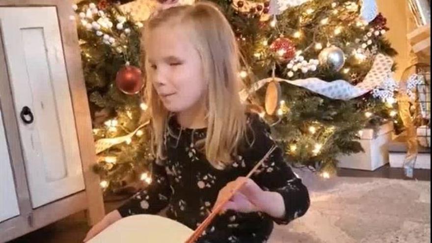 La entrañable reacción de una niña con ceguera ante un regalo muy especial