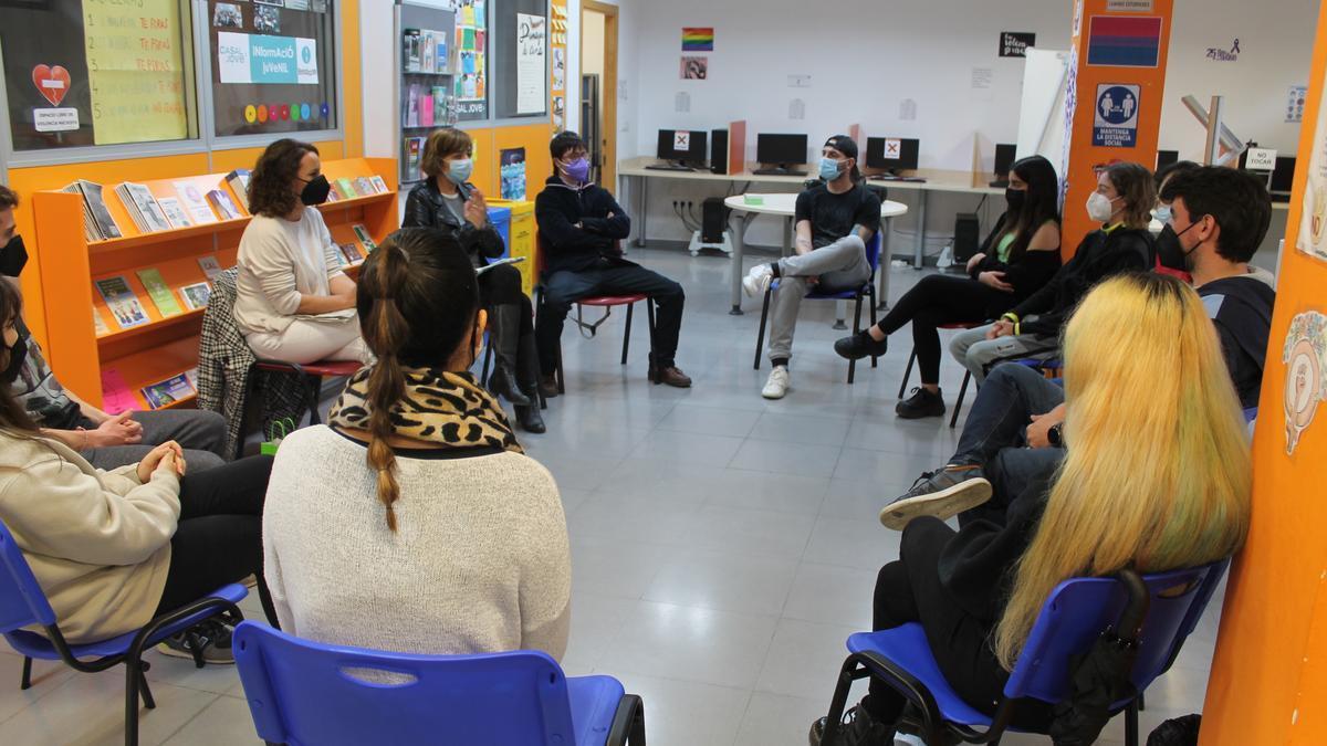 La edila Vanessa Batalla y Perla Bibb en la charla impartida para jóvenes de la localidad.