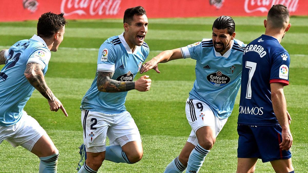 Hugo Mallo celebra con Santi Mina (izquierda) y Nolito su gol de cabeza al Huesca en el Alcoraz. |  // LOF