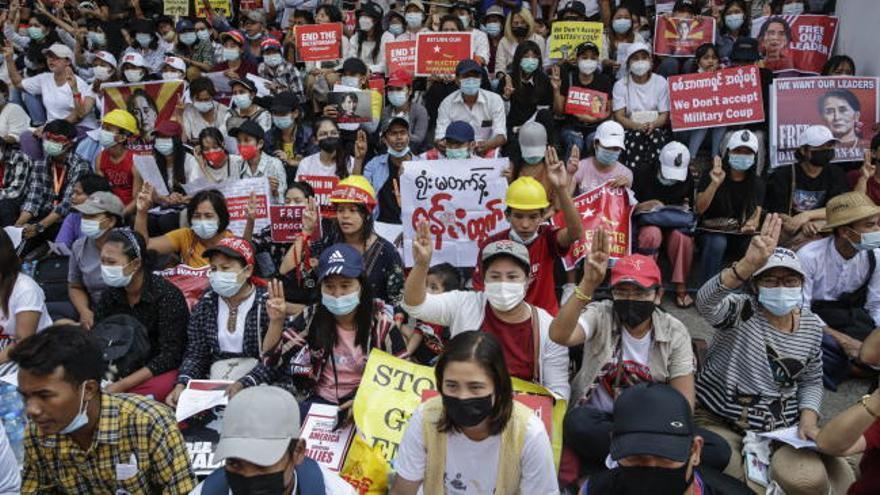 Miles de birmanos desobedecen la ley para protestar contra el golpe de Estado