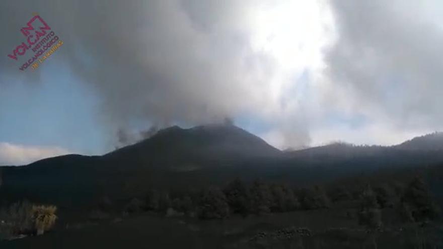 Los derrames de lava del volcán de La Palma ensanchan la colada parada en La Laguna y se reactivan las demás coladas