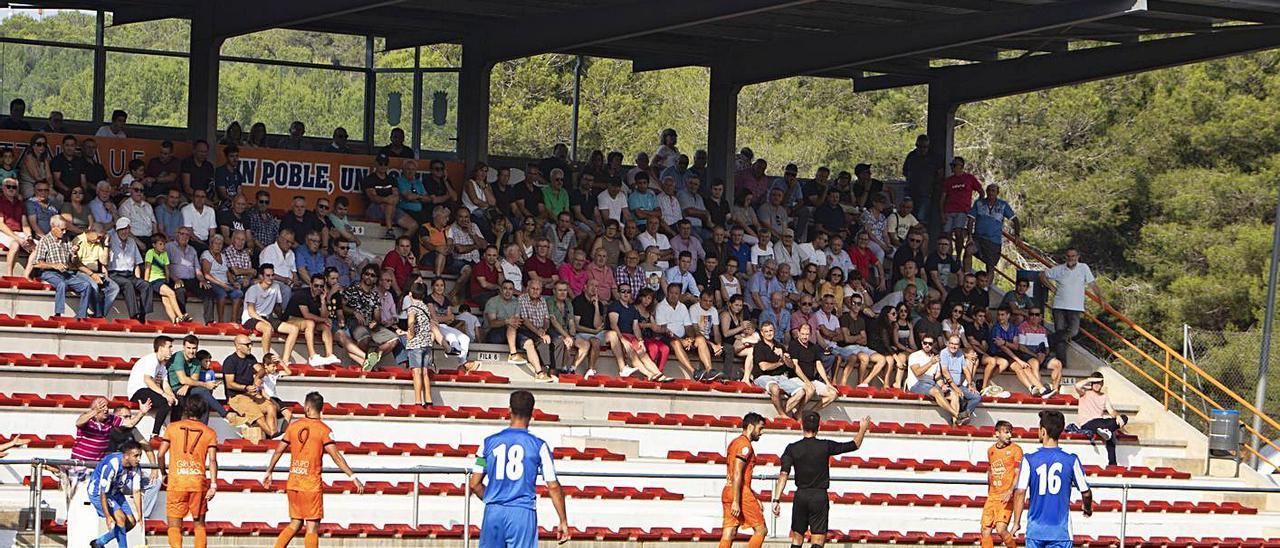 Público en la grada del Regit durante un partido, en una imagen de la temporada pasada.