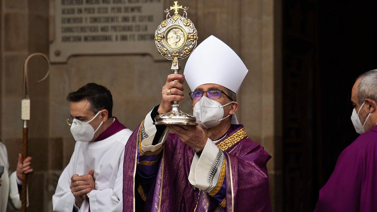 Fernando Valera se emocionó durante el rito de bendición de los cuatro puntos cardinales de la diócesis con la reliquia de la Cruz de Carne, remedio contra las epidemias.   Jose Luis Fernández
