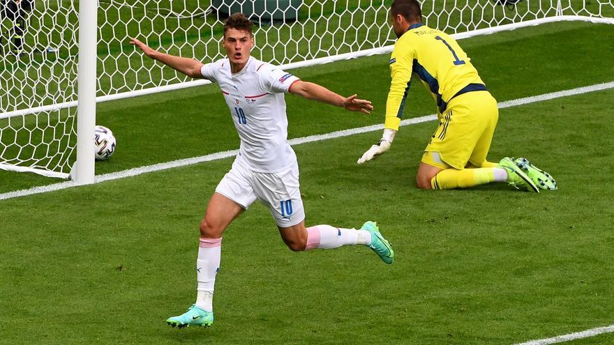 La República Checa golea a Escocia con el doblete de Schick