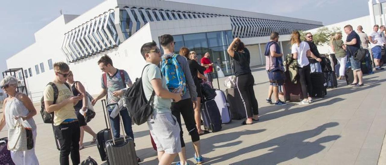 Pasajeros en el aeropuerto de Castelló.