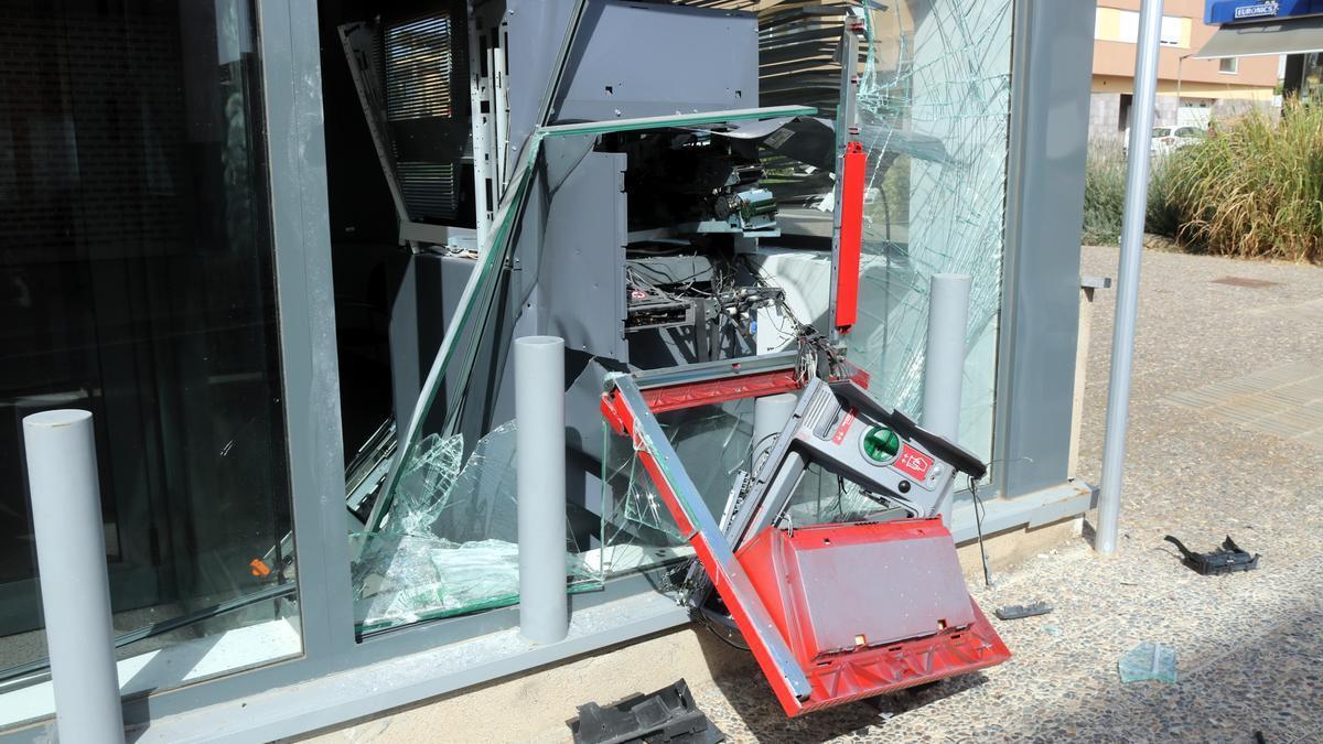 El caixer de la sucursal bancària del Santander a Riudellots de la Selva, totalment destrossat