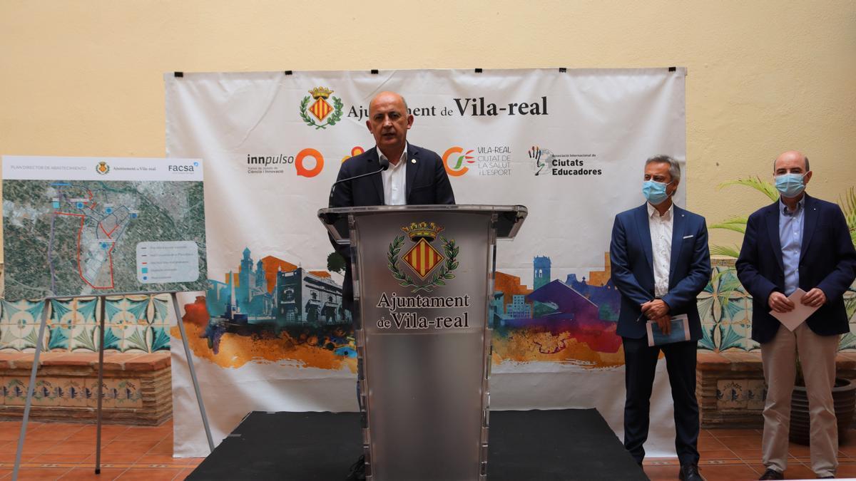 Valverde, Ferrer y Maximino presentaron en la Casa dels Mundina los detalles del plan director de aguas potables.