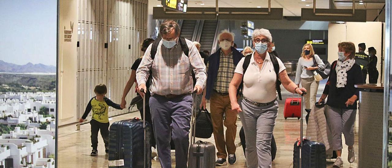 Setenta pasajeros llegaron ayer en el único vuelo con Gran Bretaña, en concreto desde Cardiff. | PILAR CORTÉS